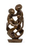 Beeld gezin 5 personen steen. Familie en geboorte kunst voor jubileum en goud zilver bruiloft. Beeld van vader, moeder en kind.