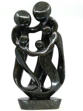Stenen beeld familie 5 personen, 2 ouders en 3 kinderen 47 cm hoog, zwart