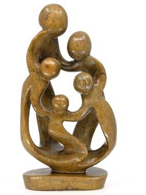 Stenen beeld familie 5 personen, 2 ouders en 3 kinderen 29 cm hoog, bruin