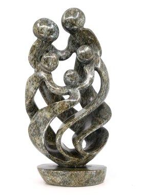 Stenen beeld familie 5 personen, 2 ouders en 3 kinderen 33 cm hoog, groen