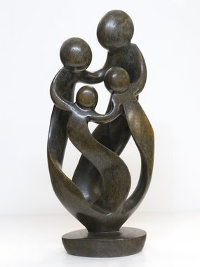 Stenen beeld familie 4 personen, 2 ouders en 2 kinderen 49 cm hoog, bruin