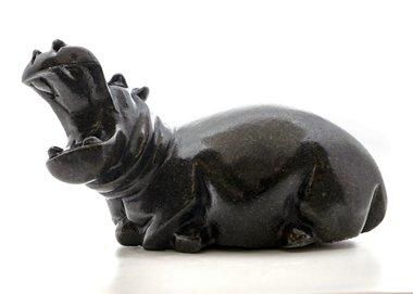 Stenen beeld nijlpaard liggend 1 dier, 11 cm hoog, zwart