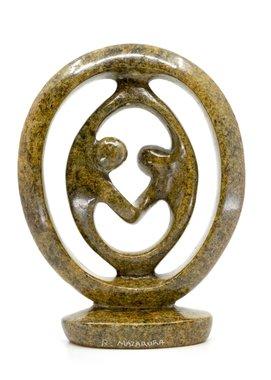 Stenen beeld ring lover twee personen 19 cm hoog, bruin