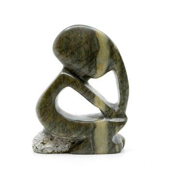 Stenen beeld denker zittend abstract 1 persoon, 7 cm hoog, groen