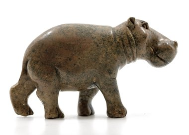 Stenen beeld nijlpaard staand 1 dier, 11 cm hoog, bruin