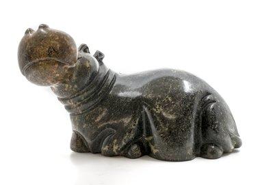 Stenen beeld nijlpaard liggend 1 dier, 19 cm hoog, groen