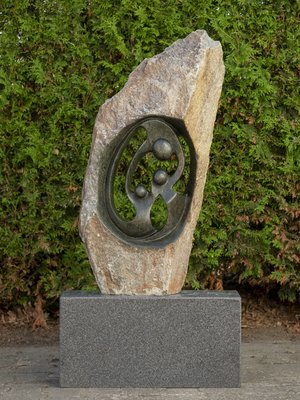 Stenen beeld ruwe lover familie 3 personen, 2 ouders en 1 kind, 89 cm hoog, groen