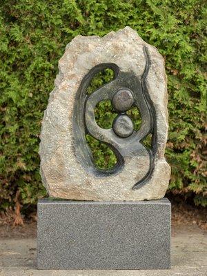 Stenen beeld ruwe lover familie 2 personen, 80 cm hoog, groen