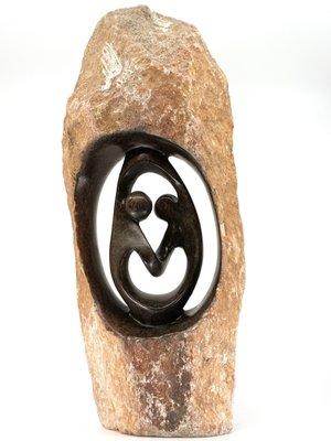 Stenen beeld ruwe lover familie 2 personen, 52 cm hoog, zwart