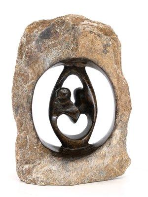 Stenen beeld ruwe lover familie 2 personen, 17 cm hoog, bruin