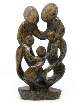 Stenen beeld familie 5 personen, 2 ouders en 3 kinderen 31 cm hoog, bruin leopard