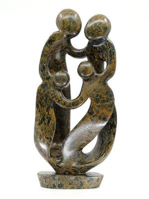 Stenen beeld familie 4 personen, 2 ouders en 2 kinderen 42 cm hoog, bruin leopard