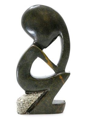 Stenen beeld denker zittend abstract 1 persoon, 17 cm hoog, groen