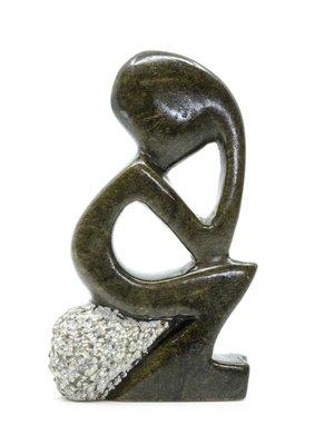 Stenen beeld denker zittend abstract 1 persoon, 11 cm hoog, groen