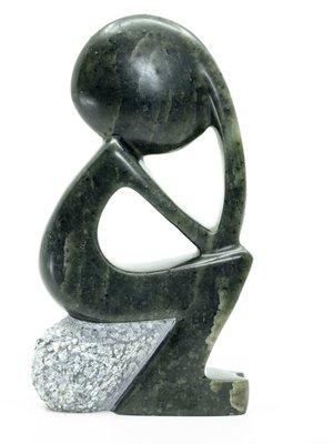 Stenen beeld denker zittend abstract 1 persoon, 13 cm hoog, groen