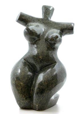 Stenen beeld torso knielend 1 persoon, 27 cm hoog, groen