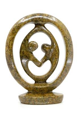 Stenen beeld ring lover familie twee personen 19 cm hoog, bruin