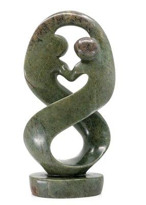 Stenen beeld twisted lover familie twee personen 25 cm hoog, groen