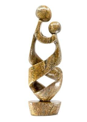 Stenen beeld moeder en kind 34 cm hoog, bruin
