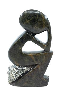 Stenen beeld denker zittend abstract 1 persoon, 16 cm hoog, groen