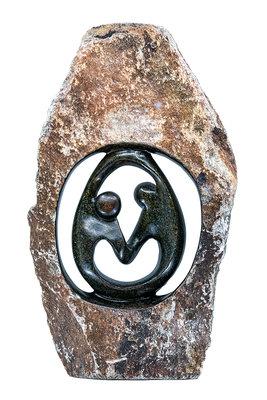 Stenen beeld ruwe lover familie 2 personen, 48 cm hoog, groen