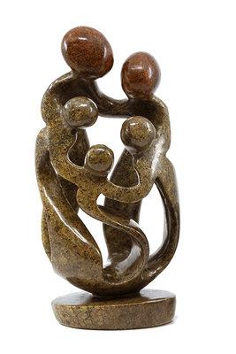 Stenen beeld gezin, familie 5 personen, vader, moeder, ouders en 3 kinderen. 25 cm hoog, bruin