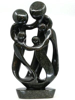 Stenen beeld gezin, familie 5 personen, vader, moeder, ouders en 3 kinderen. 47 cm hoog, zwart
