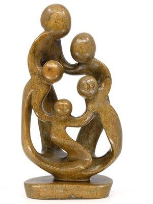 Stenen beeld gezin, familie 5 personen, vader, moeder, ouders en 3 kinderen. 29 cm hoog, bruin
