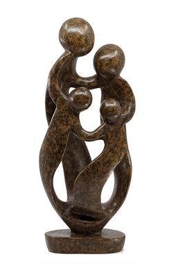 Stenen beeld gezin, familie 4 personen, vader, moeder, ouders en 2 kinderen. 38 cm hoog, bruin leopard