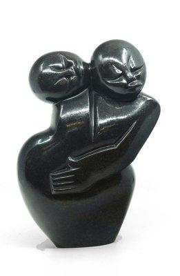 Stenen beeld gezin, familie 2 personen, vader, moeder, ouders en 1 kind. 26 cm hoog, zwart