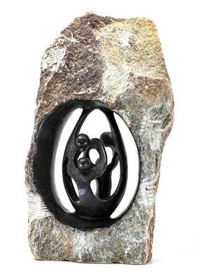 Stenen beeld ruw, gezin en familie 4 personen. Vader, moeder, ouders en 2 kinderen. 32 cm hoog. Zwart/grijs/bruin