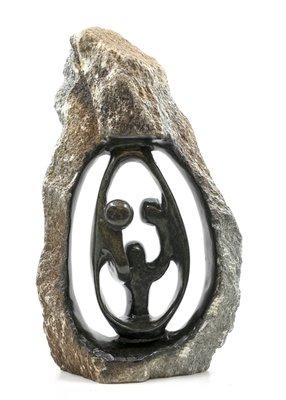 Stenen beeld ruw, gezin en familie 3 personen. Vader, moeder, ouders en 1 kind. 43 cm hoog. Zwart/grijs/bruin