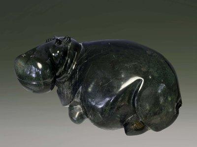 Stenen tuinbeeld uniek nijlpaard liggend, Hippo, stenen dier groen